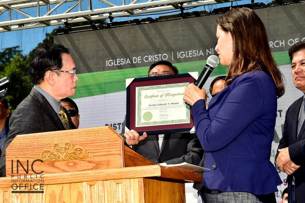 Oakland Mayor Libby Schaaf presenting to Brother Glicerio B. Santos, Jr, General Auditor of the INC and FYM Foundation Representative, a Certificate of Recognition addressed to the INC Executive Minister, Brother Eduardo V. Manalo, for the impact this event, and the INC's efforts, have had on the City of Oakland.