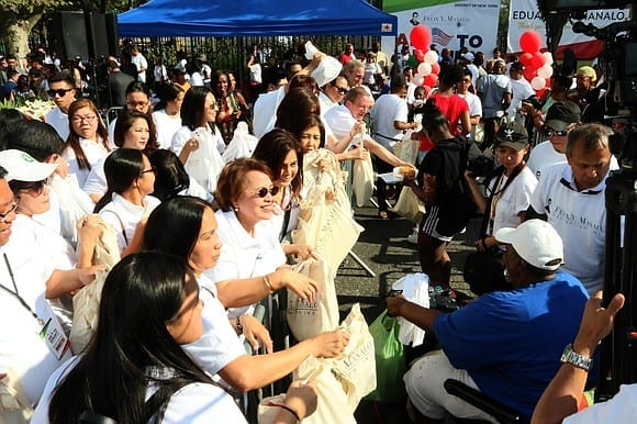 Volunteers of the FYM Foundation distribute care packages to residents of Brownsville
