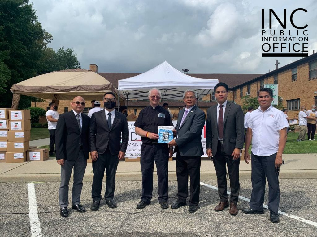 Catholic Pastor James Brown receives a Pasugo: God's Message magazine from INC's New Jersey District Supervising Minister Brother Alex Reyes and other INC Ministers